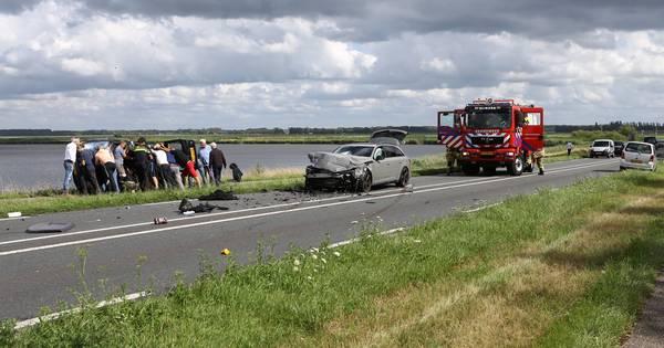 Geen dode maar drie gewonden bij frontale botsing bij Nijkerkersluis.