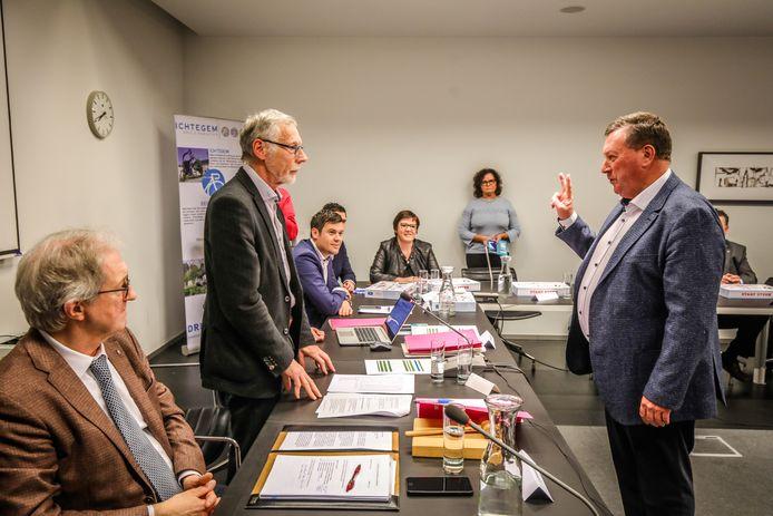 Ex-burgemeester Karl Bonny (CD&V) legt de eed af als raadslid.