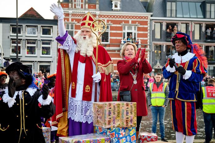 Burgemeester Annemiek Jetten moet toch meezingen tijdens de intocht van Sinterklaas.