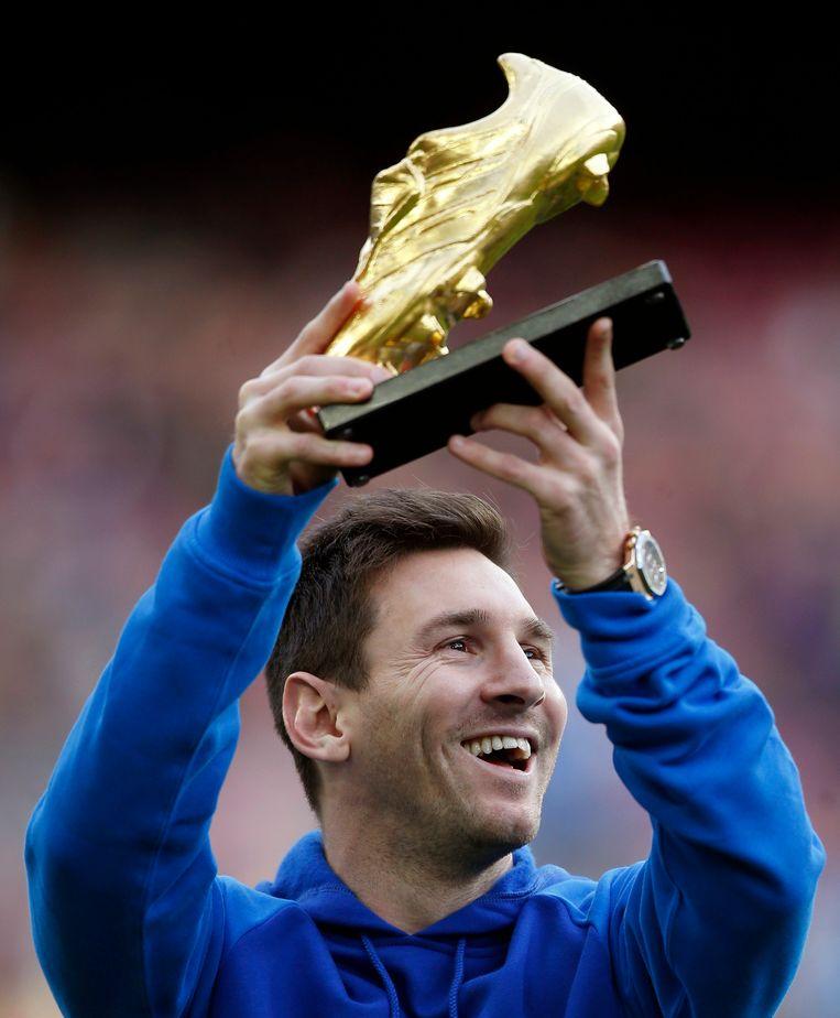 Messi pronkt met zijn Gouden Schoen als Europees topschutter. Zo staan er al drie in de kast