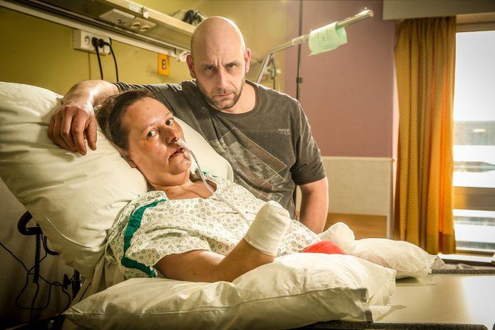 Tara De Bolle werd getroffen door een vleesetende bacterie. Momenteel revalideert ze in het ziekenhuis van de ziekte, waarbij haar onderarmen en benen geamputeerd werden.