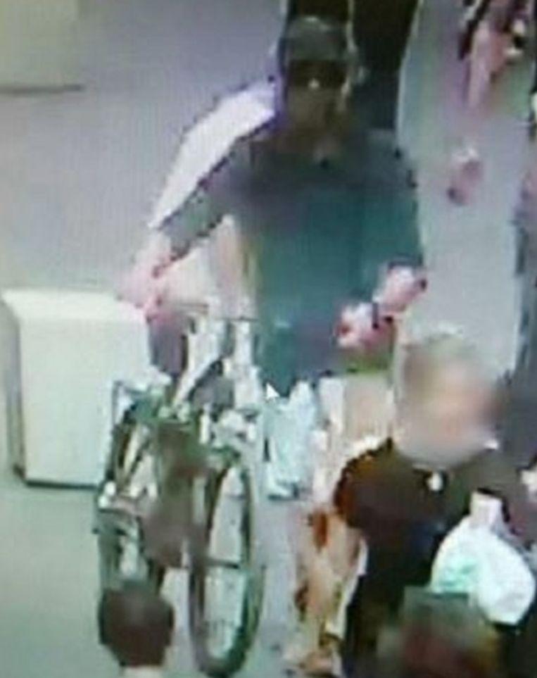 De politie van Lyon verspreidde een foto van de verdachte.
