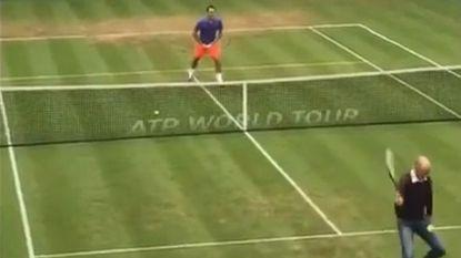 Publiek smult als journalist Federer verschalkt met een 'tweener'