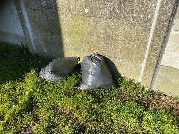 Lang heeft het niet geduurd: de recyclageparken zijn amper een paar dagen dicht, en daar worden de eerste zakken groenafval al gedumpt.