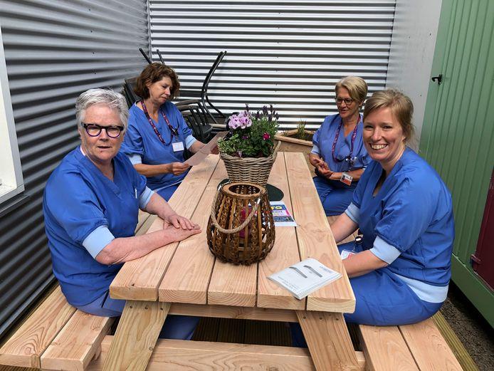 Ic-personeel van het Albert Schweitzer Ziekenhuis in Dordrecht is de koning te rijk met de mini-patio, de enige openluchtplek waar het even uit kan blazen