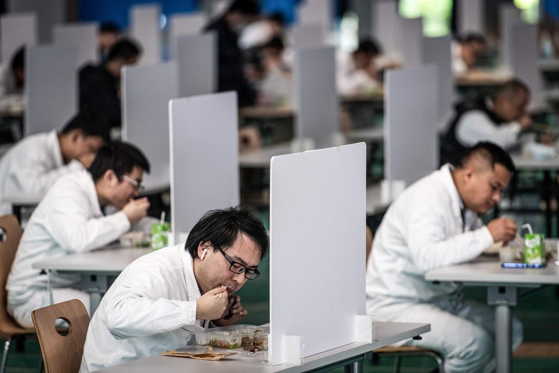In de Honda-fabriek van Wuhan wordt er apart geluncht. Beeld AFP