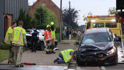 Bestuurder ramt auto en gevel en slaat op de vlucht