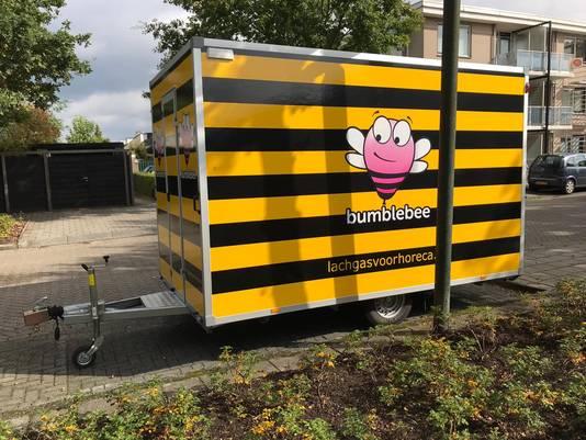De aanhanger van lachgasbedrijf Bumblebee vlakbij de uitgebrande bus.