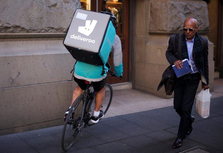Deliveroo heeft gelukkig niet het monopolie op bezorging. Rond etenstijd koersen bezorgers in alle kleuren jassen kriskras door de stad. Beeld reuters