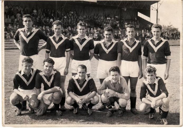 De Valk tijdens het laatste seizoen betaald voetbal (1961). Staand vanaf links Toon Geldens, Theo Smolders, Jan Seuntjens, Fons Maenen, Piet Versteegden, Jan Louwers. Zittend vanaf links Harry Rijkers, Harrie Adriaans, Toon Vereijken, Fons van den Brandt, Miel Pijs.