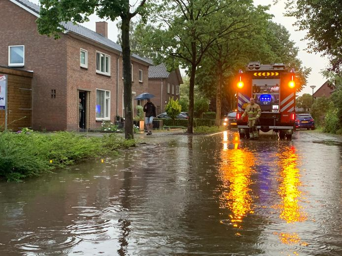 In Haaren was de brandweer aanwezig, verschillende huizen liepen daar vol met water.