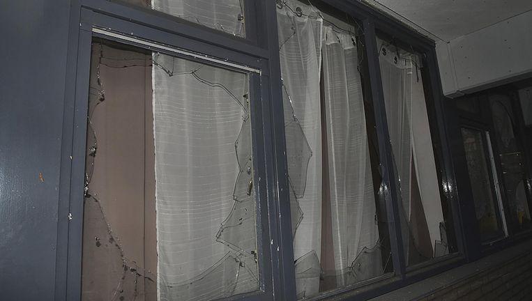 Door de ontploffing van een handgranaat zijn meerdere ruiten gesneuveld op een etage van een flatgebouw aan de Beukenhorst. Beeld Opsporing Verzocht