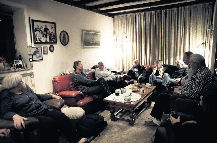 De familie Pietersma bijeen voor een laatste gesprek met arts Sjef Boesten en verpleegkundige Ans Duteweert van de Levenseindekliniek. Links: echtgenote Toos. Beeld Mona van den Berg