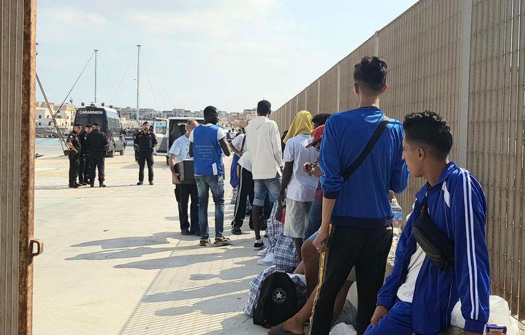 Een aantal migranten die gered zijn door het Open Arms schip wachten op herplaatsing vanuit Italië. Beeld EPA