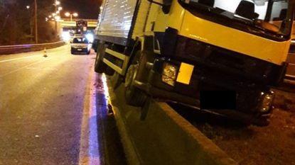 Vrachtwagenbestuurder komt op middenberm terecht