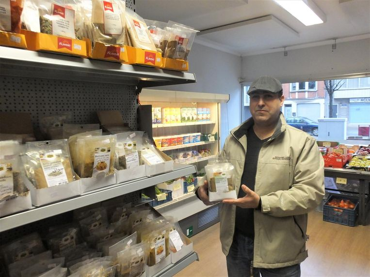 Mustafa Hameed in zijn buurtwinkeltje in de Gentstraat.