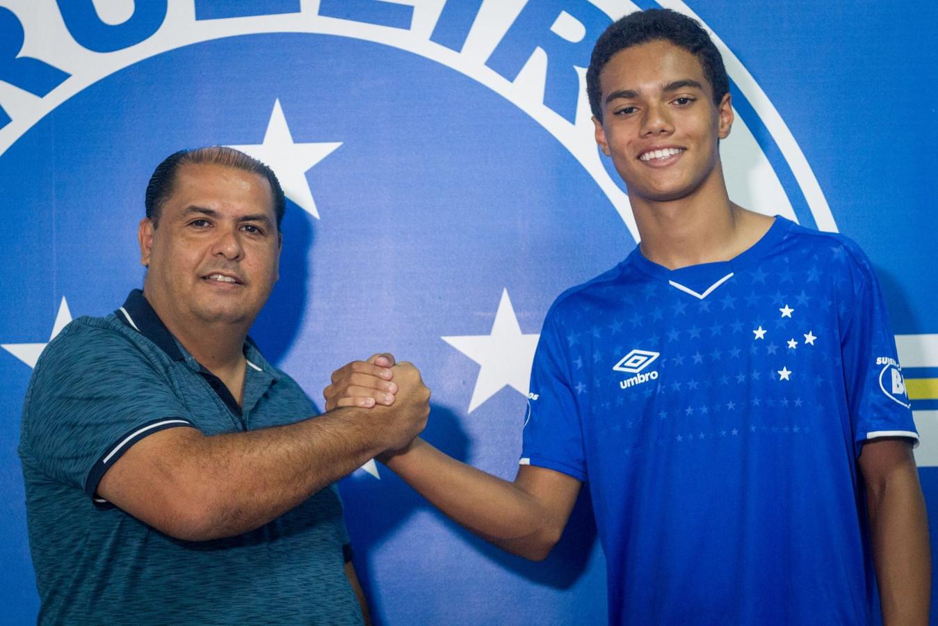 Zoontje van Ronaldinho bij de presentatie