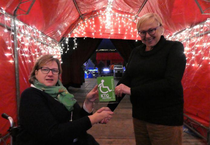 Afgelopen jaar kreeg het kerstcircus in Enschede nog een keurmerk vanwege de goede toegankelijkheid van het circus. Rechts tonio Hendriks van het circus, links Petra Postma-Jansen uit Hengelo die het keurmerk overhandigde.