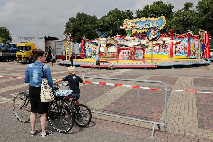 De eerste attracties van de kermis 2018 strijken al neer.