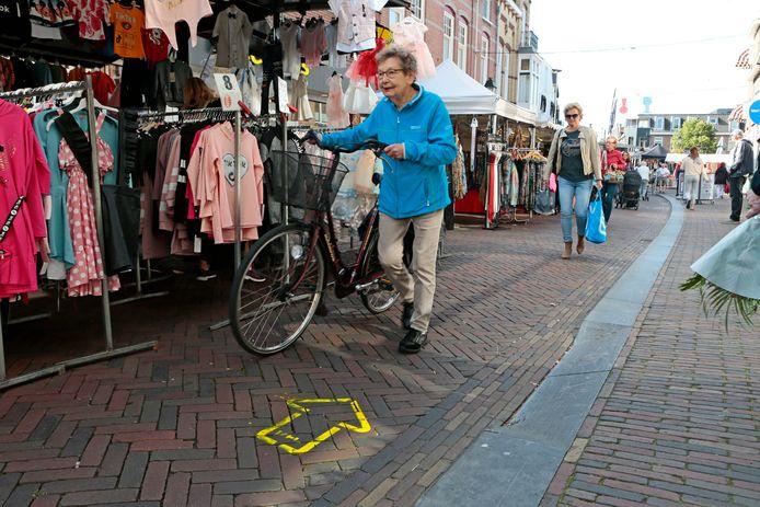 Pijlen en hekken moeten ervoor zorgen dat inwoners en bezoekers van het centrum van Leerdam voldoende afstand kunnen houden tot elkaar.