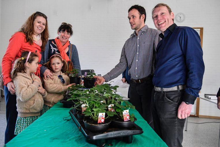 De Buggenhoutse gezinnen krijgen aardbeienplantjes om de luchtkwaliteit te meten.