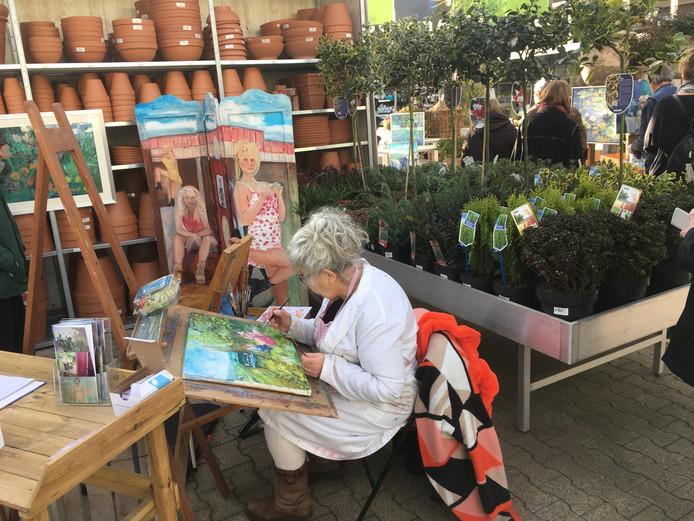 Een kunstenaar tussen het groen in tuincentrum GroenRijk in Geldrop.