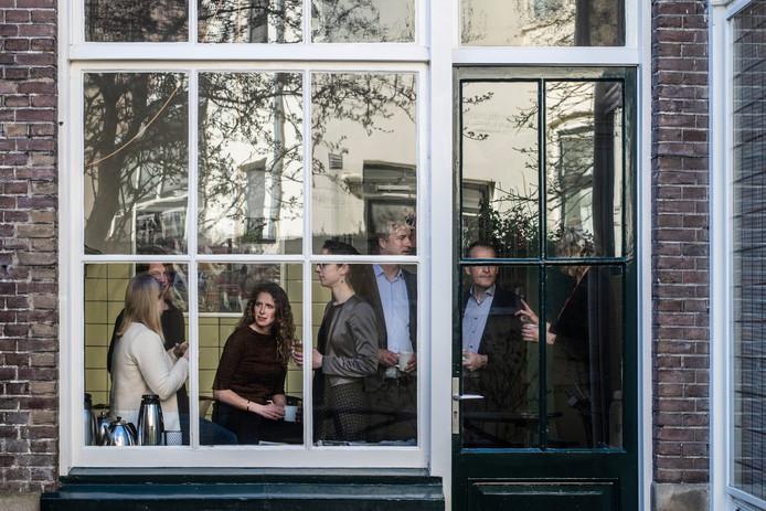 Advocatencollectief Van Schie huist in een oud statig pand net buiten het centrum van Nijmegen. De originele 19e eeuwse geel betegelde keuken vormt het hart van het kantoor, waar acht raadslieden en twee ondersteunende medewerkers lief en leed delen.