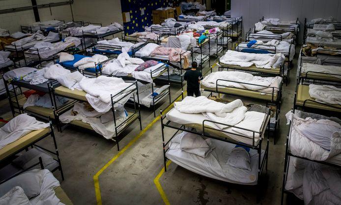 Archieffoto. Haagse daklozen bereiden zich voor op de nacht in de winteropvang.