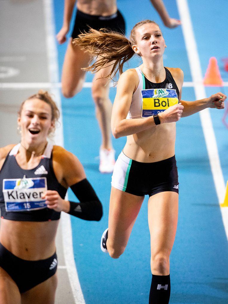 Femke Bol verliest nipt van Lieke Klaver (links). Beeld Jiri Büller / de Volkskrant