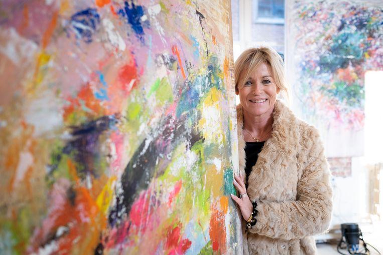 Kunstenares Astrid Van den Bosch exposeert in galerij Art-is-sjok en schenkt een werk weg voor het goede doel.