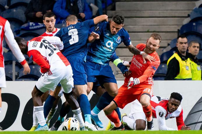 Dit beeld vat de eerste helft van FC Porto - Feyenoord aardig samen.