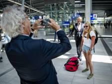 Koning praat met machinist, conducteur, reiziger en NS-top over impact van corona in trein en bus