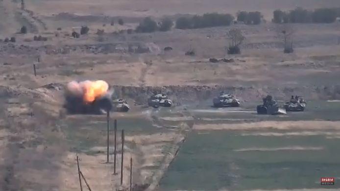 Een afbeelding van het Armeense ministerie van Defensie met naar verluidt een Azerbeidzjaanse tank die wordt vernietigd door het Armeense leger aan de frontlinie van de zelfverklaarde Republiek Nagorno-Karabach.