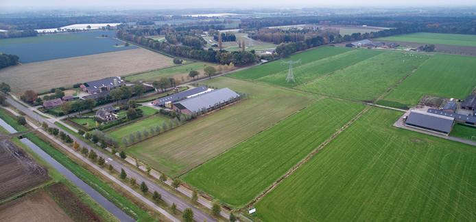 Het terrein aan de Lieshoutseweg in Nijnsel, waar de megastal is gepland. Op de achtergrond de testbaan van DAF Trucks.