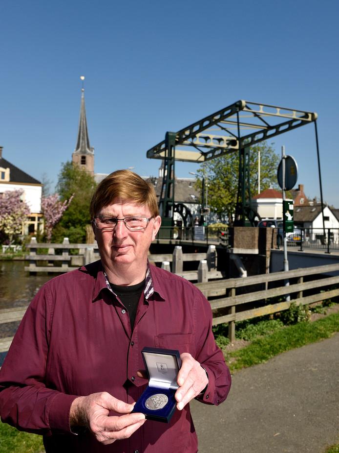 PvdA-raadslid Henk Goes uit Koudekerk met de erepenning die hij kreeg voor 25 jaar raadslidmaatschap.