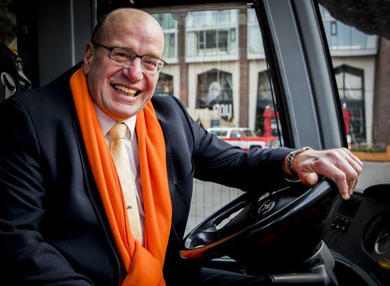 Oud-staatssecretaris Fred Teeven bestuurt de VVD-campagnebus. Beeld ANP