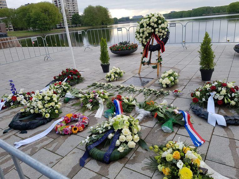 Bloemstukken bij het monument op Meer en Vaart. Het bloemstuk van Pink Nieuw-West werd vernield.  Beeld Pink Nieuw-West