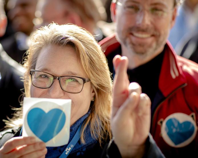 Medewerkers van KLM bieden een petitie aan voor het herbenoemen van hun baas Pieter Elbers.