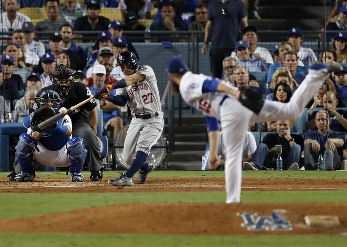 Jose Altuve slaat namens Houston Astros een homerun in de World Series van 2017 tegen Los Angeles Dodgers.