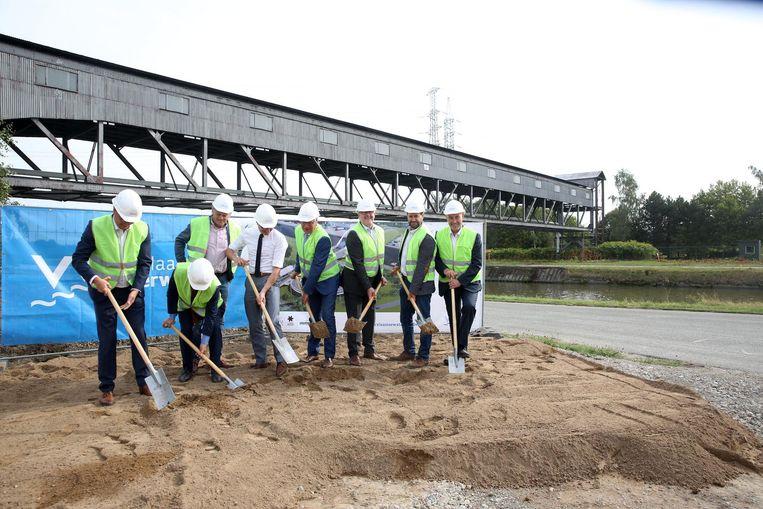 Vlaams minister Ben Weyts (N-VA) gaf samen met het gemeentebestuur en enkele bedrijfsleiders de symbolische eerste spadesteek.