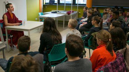 Monnik Giel te gast in basisschool Gavertje Vier