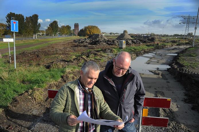 Gert Stevense (links) en Raymond Versloot bekijken op de kruising Poortersweg/Ankerweg (het doodlopende weggetje evenwijdig aan de Oude Veerhavenweg) waar de nieuwe rotonde en de nieuwe ontsluitingswegen precies komen te liggen.