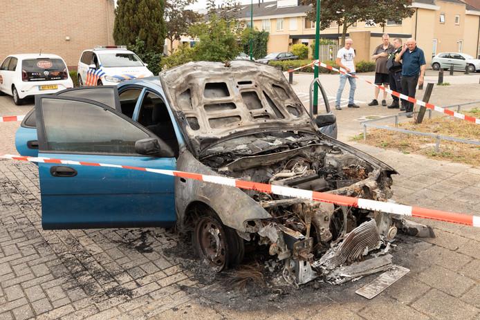 De uitgebrande auto: Een buurvrouw legde het ontstaan van de brand, bij de linkervoorband, vast op videobeeld. Helemaal rechts eigenaar Bertus van Essen.