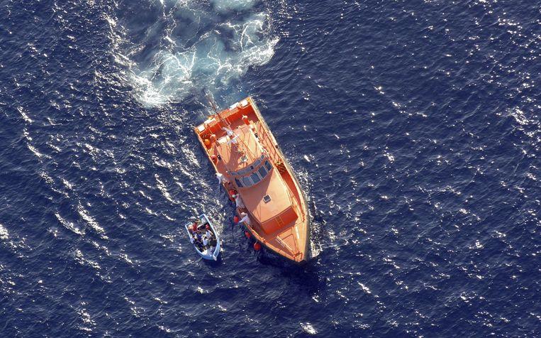 Een reddingsactie in de Middellandse Zee in de buurt van Spanje door de organisatie Rescue Maritime Services. In totaal ging het om vijf bootjes met Algerijen. Beeld EPA