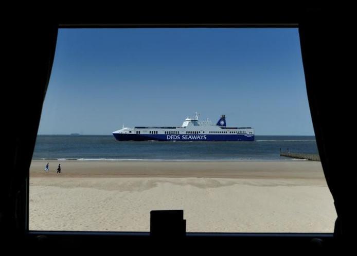Waarom niet? Bij het strandleven bij de Zeester hoort ook 't inmiddels vertrouwde schip. foto Lex de Meester