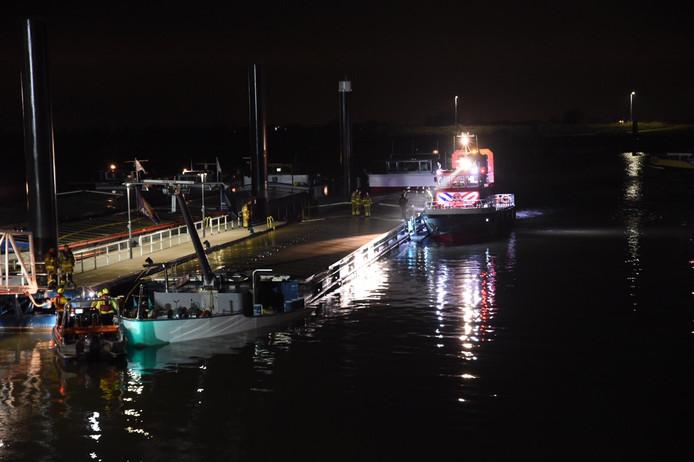 Het zinkende schip in de haven bij Tolkamer.