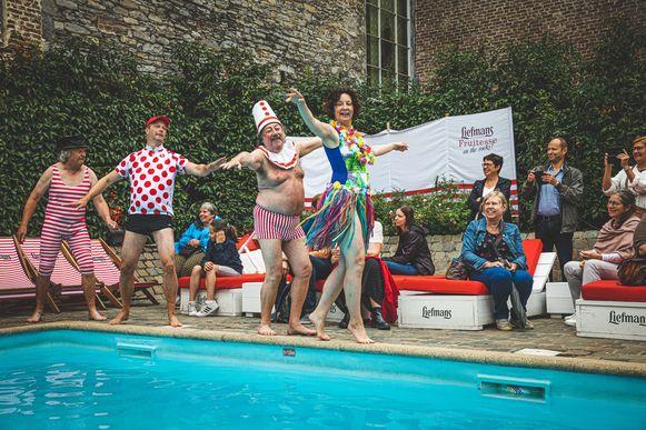 De mannen van 't Spelleke van Drei kluiten en Annelies Storms aan het zwembad.