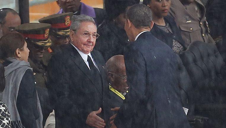 Obama schudt handen met de Cubaanse president Castro bij de herdenkingsdienst voor Mandela. Beeld null
