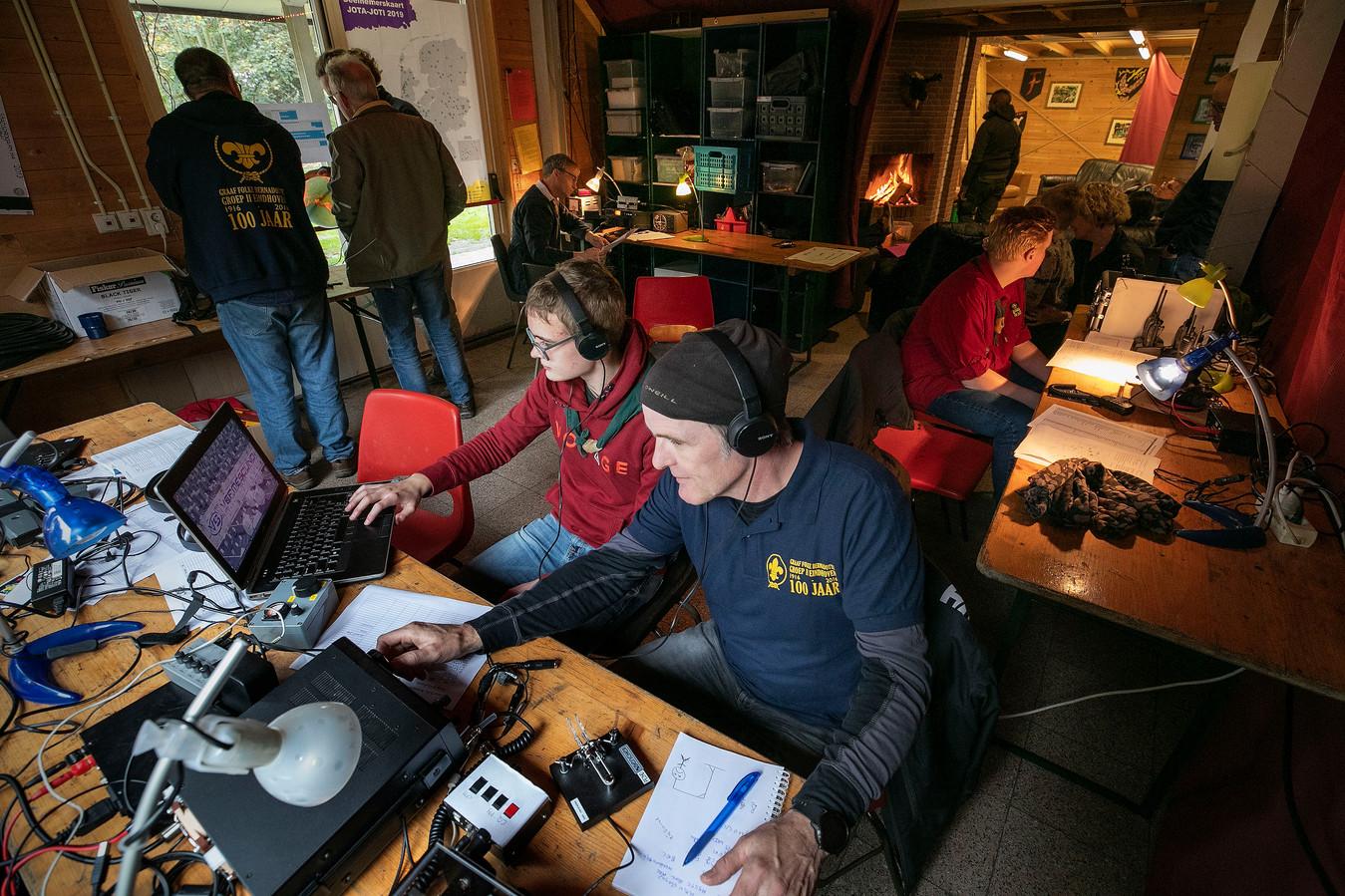 Zendamateur Harry Doomen (rechts) en scout Joep Frankenmolen leggen contact met scouts van over de hele wereld.