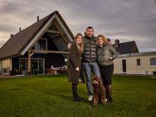 Willem bouwt met zijn eigen handen een huis: 'Hier wonen we relatief in een isolement'